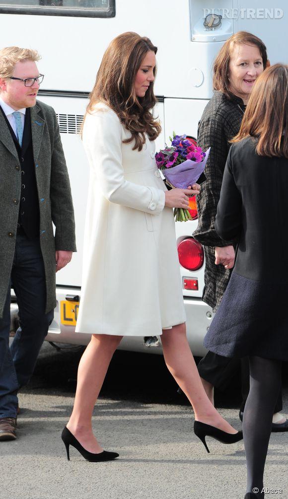 Brushing impeccable, manteau chic et talons hauts, Kate est ravissante.