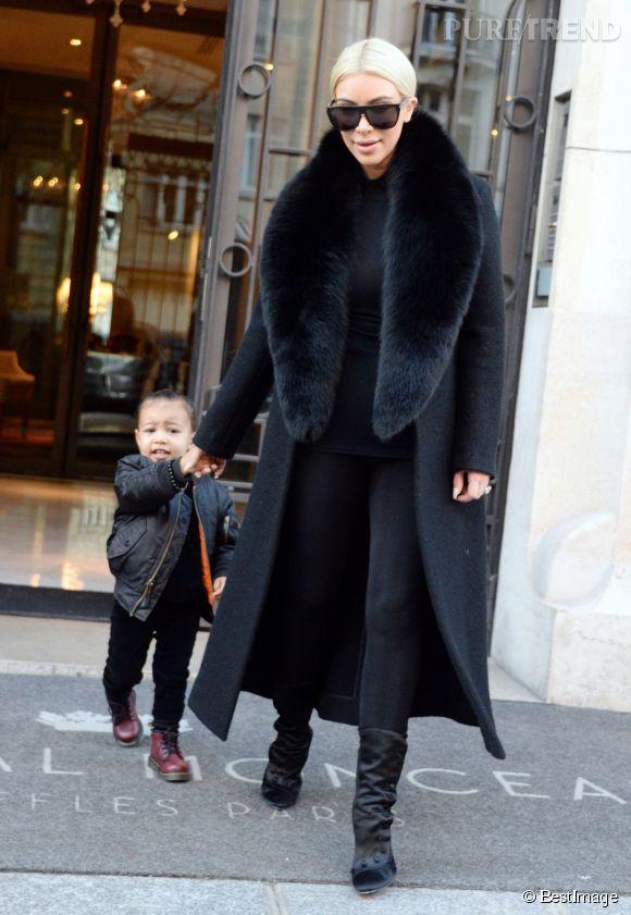 Kim Kardashian et sa fille, North West, parfaitement raccord dans leur total look noir.