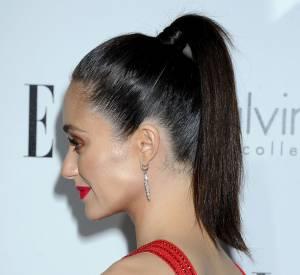 Devenue un classique, la queue de cheval avec attache dissimulée grâce à une mèche assure toujours un hair look élégant comme le prouve Emmy Rossum.