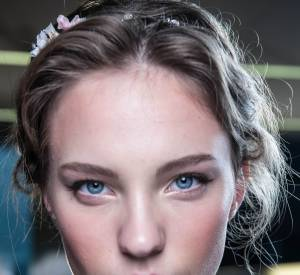 Dolce & Gabbana attache les cheveux en les enroulant autour d'un headband. Le résultat : une coiffure romantique.
