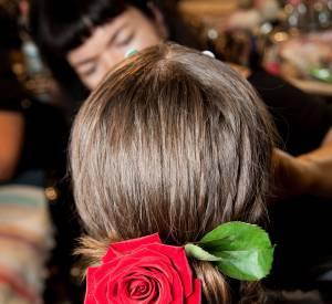 Le chignon s'accessoirise pour une allure romantique comme vu chez Dolce & Gabbana : une bonne idée de coiffure pour cheveux mi-longs.