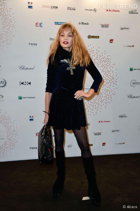 """Arielle Dombasle à l'inauguration de l'exposition """"Lumière ! Le cinéma inventé"""" le 26 mars 2015 au Grand Palais à Paris."""