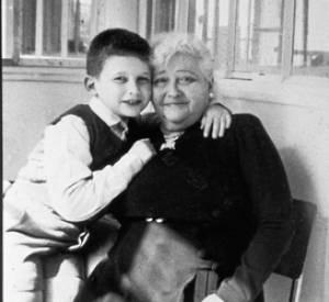 Jean Paul Gaultier et sa grand-mère maternelle, Marie vers 1958.
