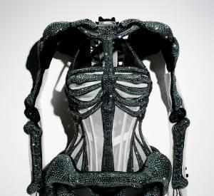 """""""Dita von Teese"""" 2010-2011. Corset """"Moins que zéro"""". Haute Couture Automne-Hiver 2010-2011, collection Les Parisiennes Coset porté par Dita Von Teese pour le défilé."""