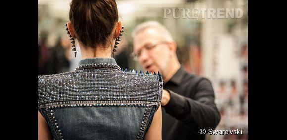 """Collection Haute couture Printemps-Été 204145 """"Rockeuses de diamant"""". Ensemble à robe dos nu de satin ciel sous un gilet de jean clouté et rebrodé de cristaux de Swarovski."""