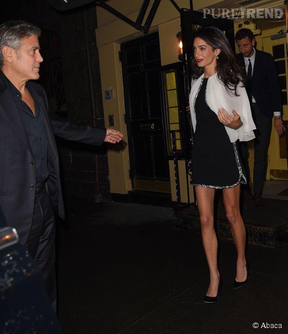 Amal Clooney affiche ses longues jambes