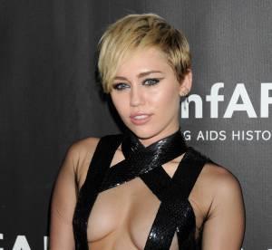 Miley Cyrus : peignoir qui glisse et seins en vue