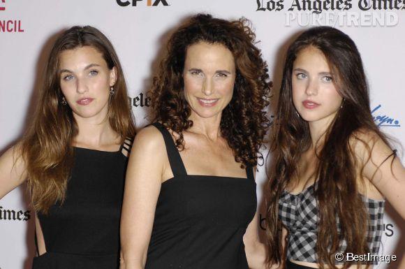 """Andie MacDowell entourée de ses deux filles, Rainey Qualley (gauche) et Margaret Qualley (droite) lors de la première du film """"Diana Vreeland : The eye has to travel"""" en septembre 2012."""