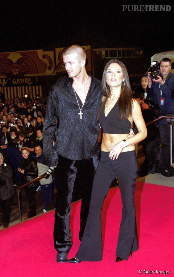 David et Victoria Beckham David au NRJ Music Awards en janvier 2001. Le pantalon de velours de monsieur n'a d'égal que l'ensemble de bimbo de madame...