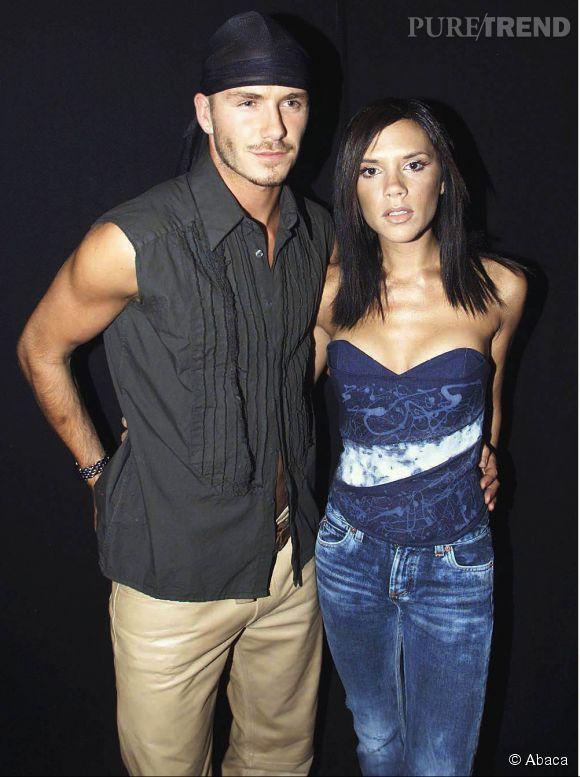 """David et Victoria Beckham en 2000 à Londres. Bandana de gangster pour lui avec chemisette sans manches, et tie and dye raté pour """"posh"""", c'est la cata..."""