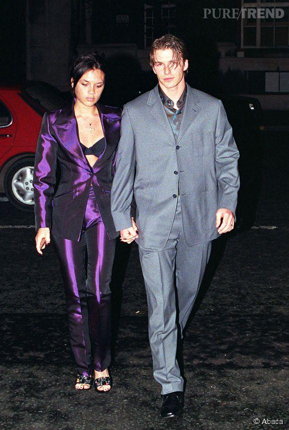 David et Victoria Beckham se battent pour savoir qui porte le pire costume de la soirée, le 14 février 1998 à Londres.