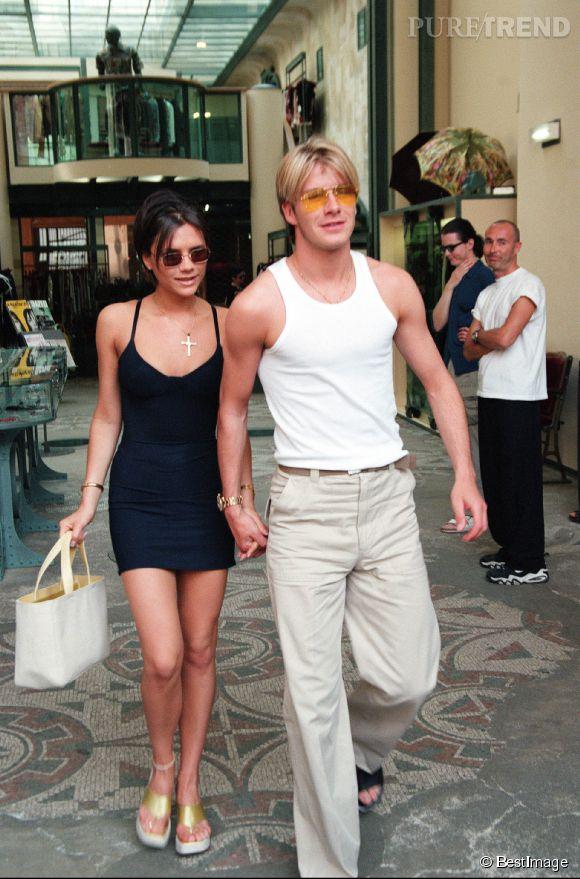 Pour se promener dans le sud de la France en 1998, David et Victoria Beckham se sont planté. Entre les maxi tongs dorées et le marcel de déménageur, le couple n'a pas fière allure...