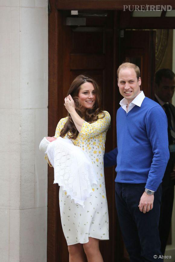 Kate Middleton et William présentent la princesse à la foule.