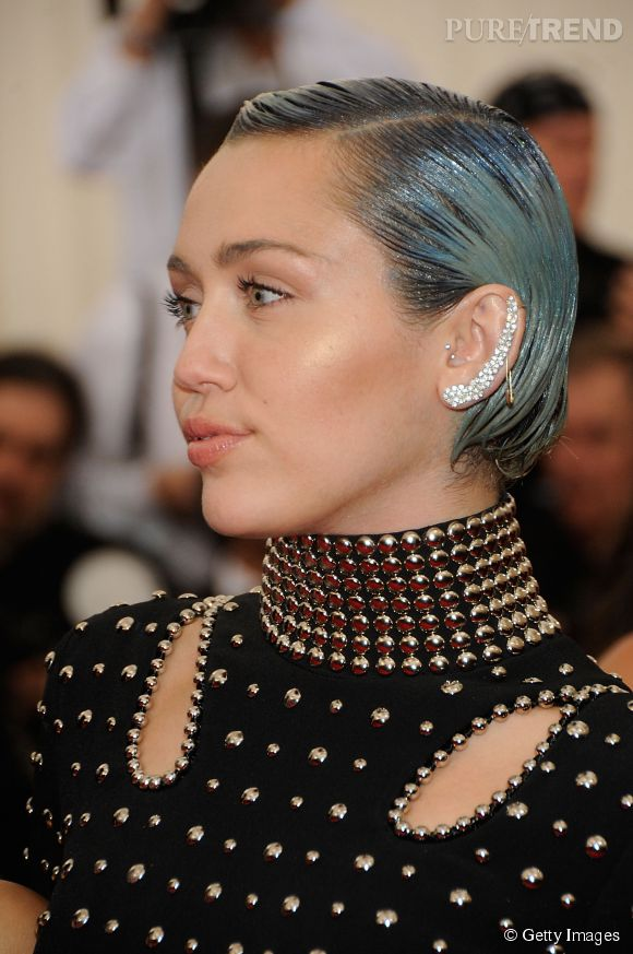 Miley Cyrus porte une earcuff Ana Khouri au MET Ball 2015.