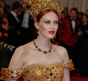 Karen Elson parée par Dolce & Gabbana au MET Ball 2015.