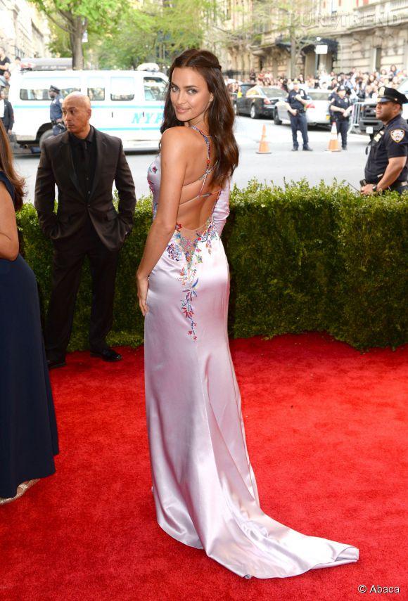 Irina Shayk nous montre son dos nu sur le tapis rouge new-yorkais.