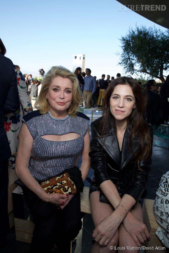Catherine Deneuve et Charlotte Gainsbourg au défilé Louis Vuitton Croisière2016à PalmSprings le 6 mai 2015.