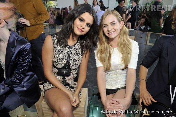 Selena Gomez et Britt Robertson au défilé Louis Vuitton Croisière2016le 6 mai 2015 à PalmSprings.