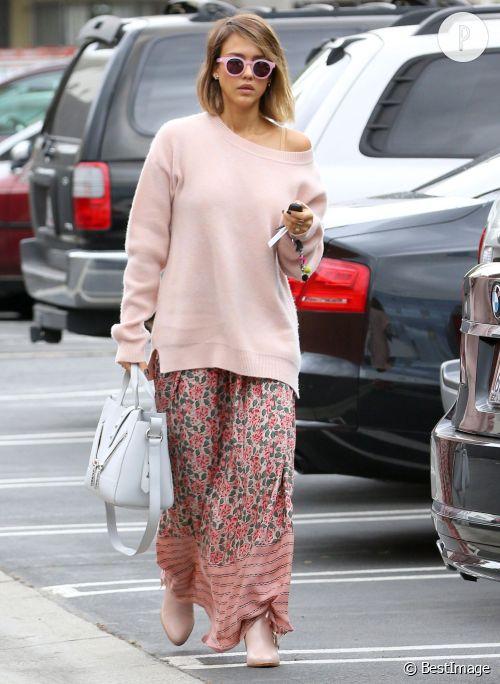 Jessica Alba avec un look bohème dans les rues de Los Angeles, vendredi 8 mai 2015