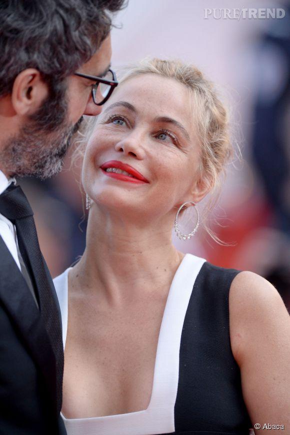 Moment de tendresse pour Emmanuelle Béart sur le tapis rouge du Festival de Cannes