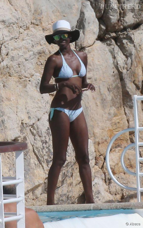 Lupita, rayonnante en bikini bleu à Cannes.