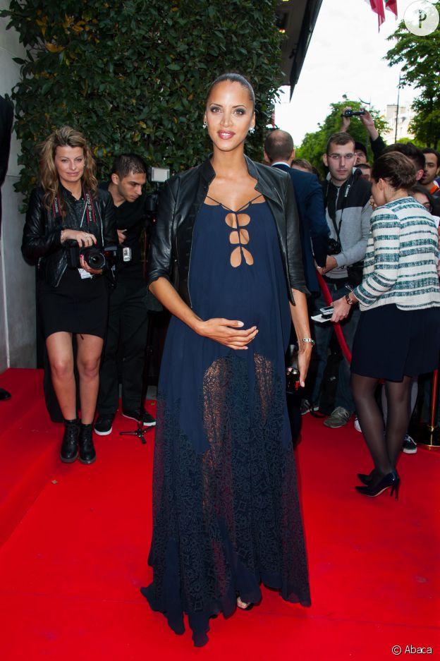 Noémie Lenoir affiche son ventre rond et son décolleté vertigineux sur le red carpet du Global Gift Gala.
