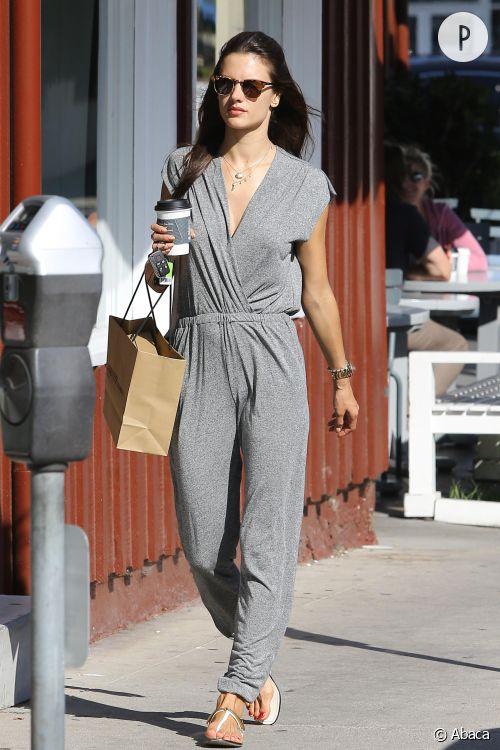 Alessandra Ambrosio se balade à Los Angeles dans une petite combinaison estivale en coton, samedi 6 juin 2015.
