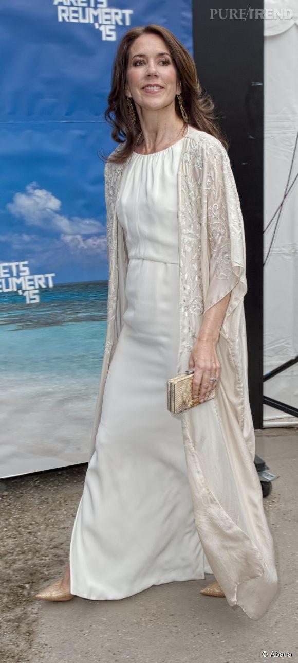 La princesse Mary de Danemark portait un long gilet brodé en guise d'étole. C'est plus moderne.
