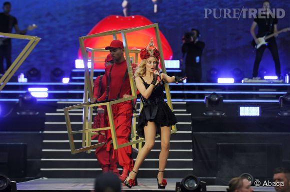 Kylie Minogue a charmé le British Summer Time Festival dans un look floral et sexy.