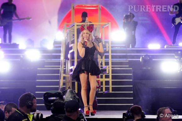 Kylie Minogue associe tulle, résille et fleurs pour une tenue très glamour.