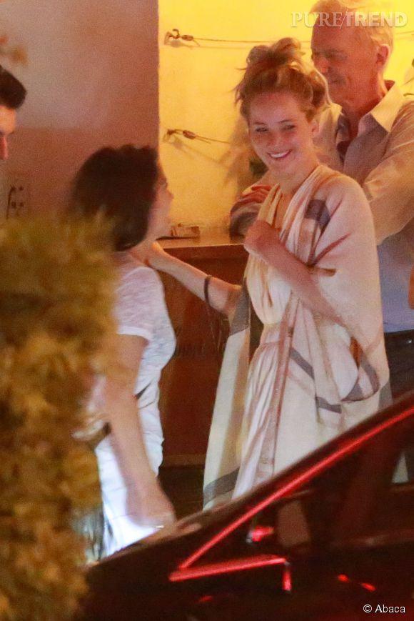 Jennifer Lawrence, tout sourire avec les membres de sa famille.