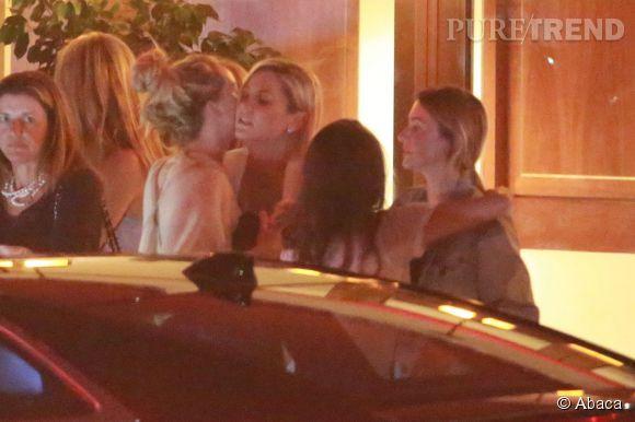 Jennifer Lawrence salue les membres de sa famille devant le Sunset Towers.