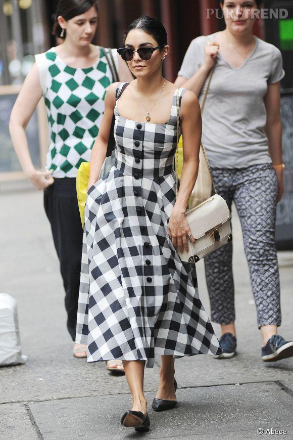 On aime l'audace de Vanessa Hudgens avec sa robe rétro coupe midi.