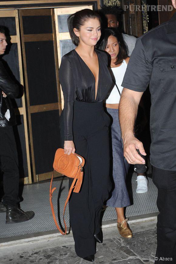 Selena Gomez montre un total look noir sexy loin d'être ennuyeux.