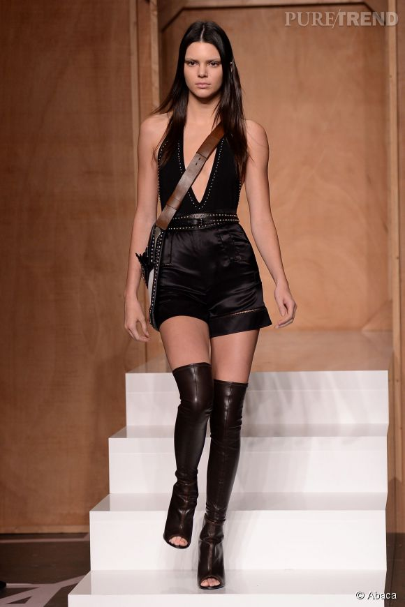 Kendall Jenner défile pour Givenchy.