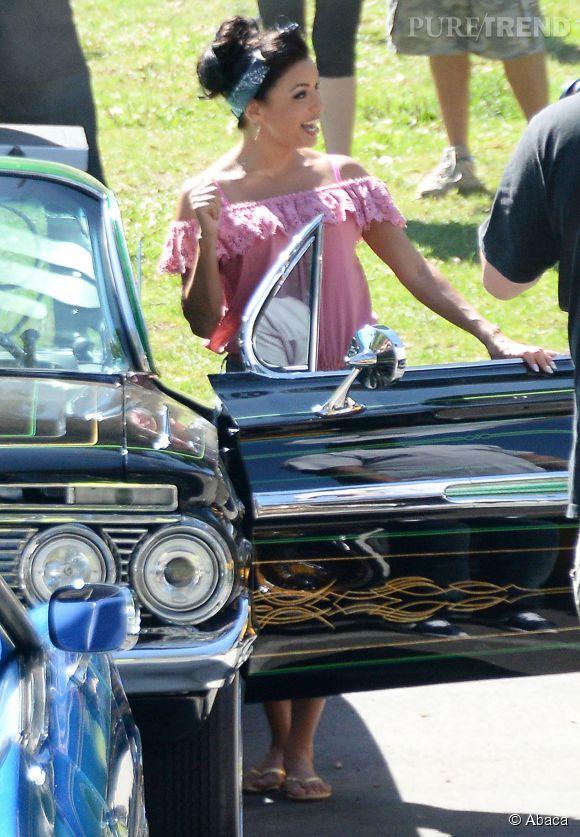 Voitures anciennes, look de pin-up, Eva Longoria nous transporte dans les années 60.
