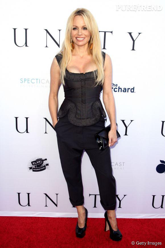 Pamela Anderson, plus sobre mais toujours aussi sexy.