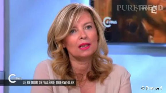 """Valérie Trierweiler excédée sur le plateau de """"C à Vous"""" après plusieurs questions sur son livre """"Merci pour ce moment""""."""