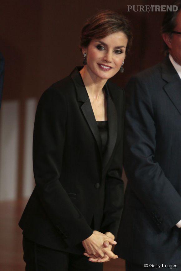 Letizia Ortiz mise sur l'intemporalité du tailleur noir. Une valeur sûre.