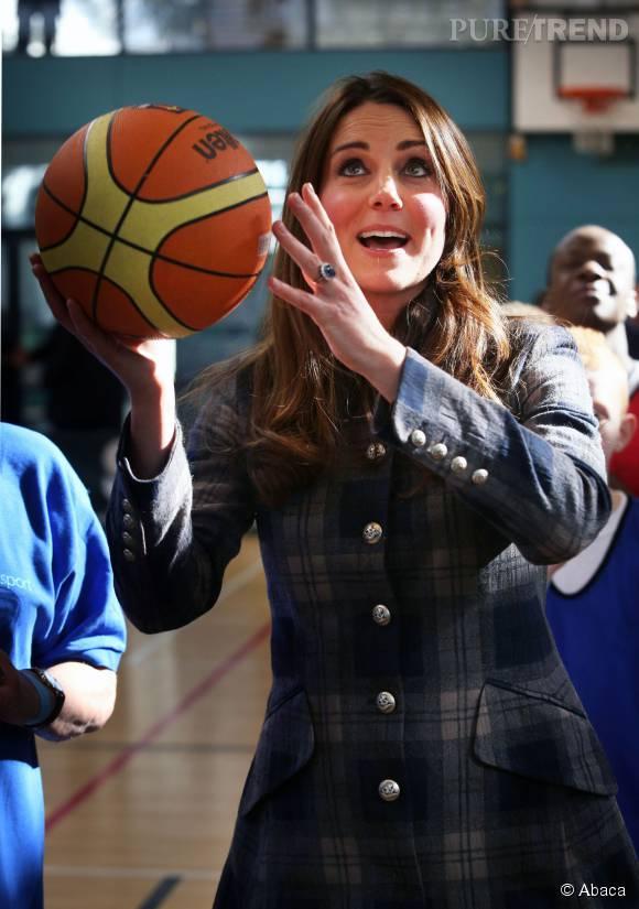 Elle ne connaît pas bien les règles du basket, mais ça ne l'empêche pas de mettre des paniers.