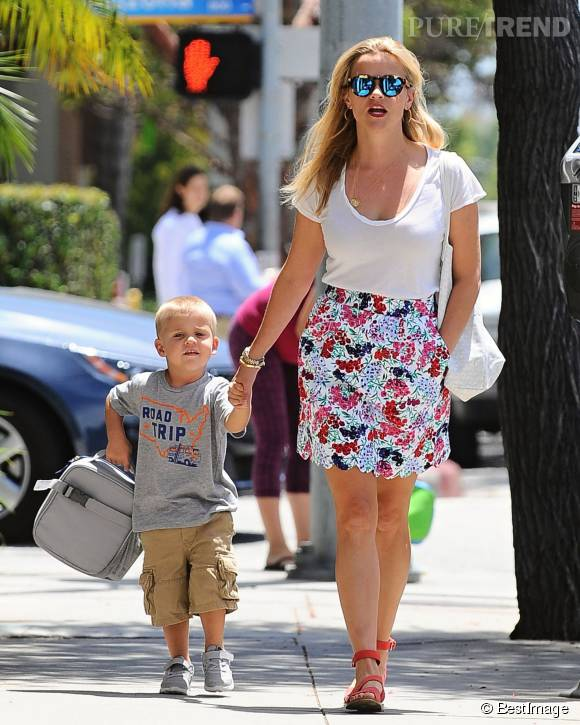 Reese Witherspoon et son fils Tennessee lors d'une virée shopping dans les rues de Santa Monica.