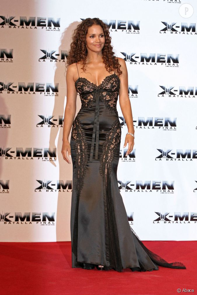 halle berry affiche son corps sculptural dans cette robe longue d 39 inspiration lingerie. Black Bedroom Furniture Sets. Home Design Ideas
