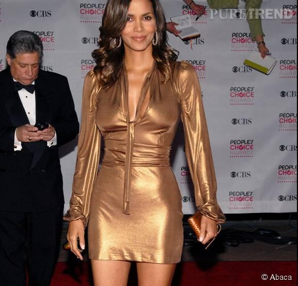 Avec sa robe doré vintage, Halle Berry fait forte impression.