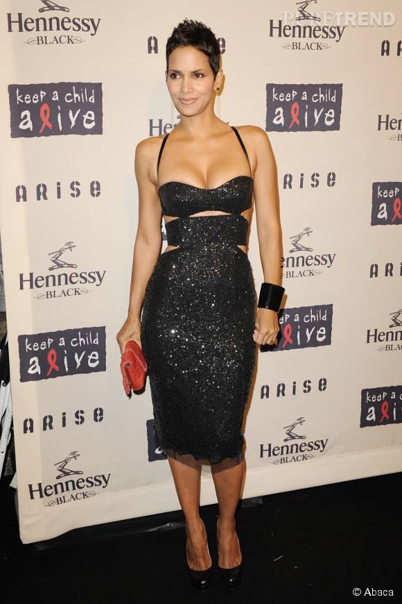 Halle Berry, glamour dans cette robe moulante à sequins bleue nuit.