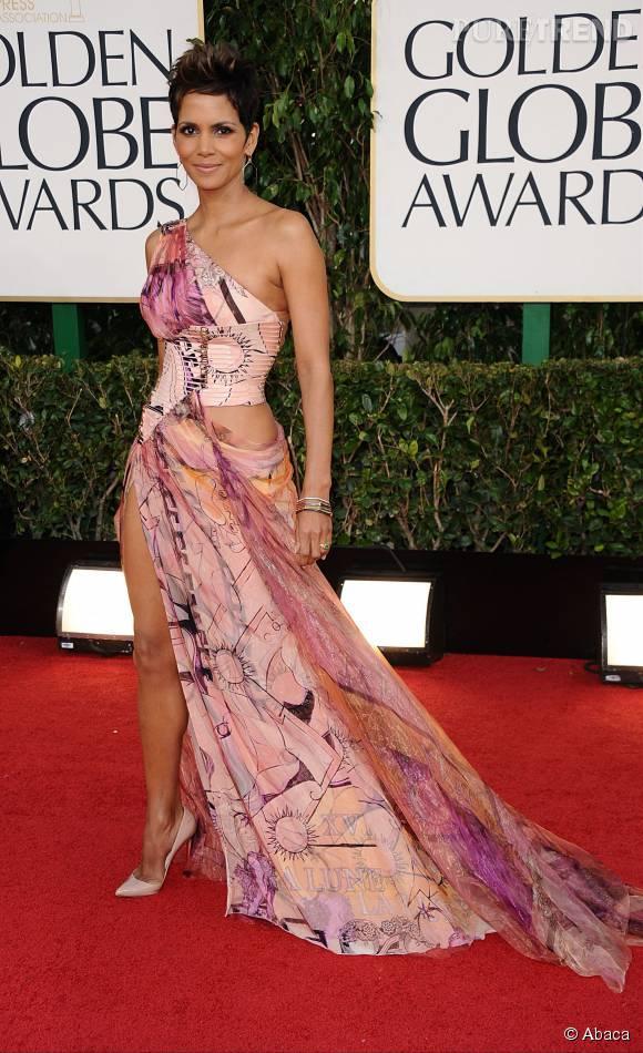 Halle Berry, estivale et sexy dans cette robe découpée rose imprimée.