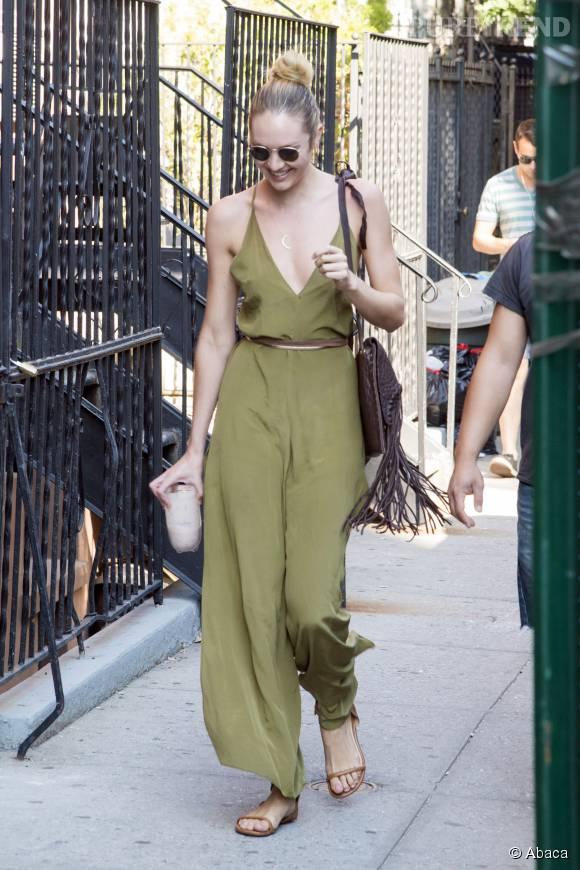 Candice Swanepoel, sourire aux lèvres, elle irradie de bonheur.