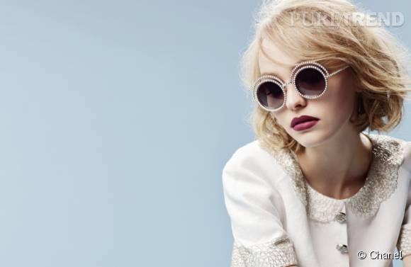 Lily-Rose Depp prête à son frère, Jack, les lunettes Chanel dont elle est l'égérie.