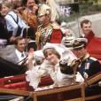 """Le 29 juillet 1981, après s'être dit """"I do"""", Lady Di et le prince Charles saluent la foule."""