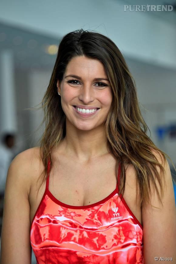 Laury Thilleman est ultra à l'aise sur une planche de wakeboard.
