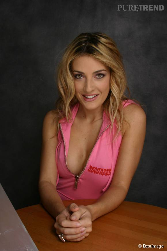 Eve Angeli délaisse le topless et exhibe son corps tonique en bikini à Saint-Tropez.